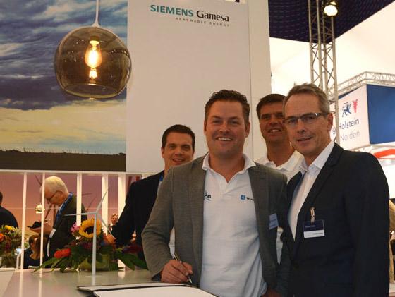 Auf der Windenergie Messe in Husum haben letzte Woche die Geschäftsführer der Windkauf GmbH mit Siemens einen Rahmenvertrag für Windenergieanlagen offiziell unterschrieben.